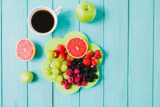 Обои завтрак,кофе,ягоды,фрукты,яблоко,грейпфрут