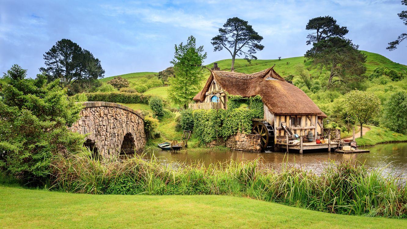 Фото бесплатно Логово хоббита, Новая Зеландия, река, мост дом, мельница, лодка, пейзаж, пейзажи