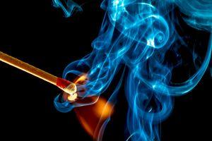 Бесплатные фото спичка,вспышка,реакция,огонь,пламя,дым,чёрный фон