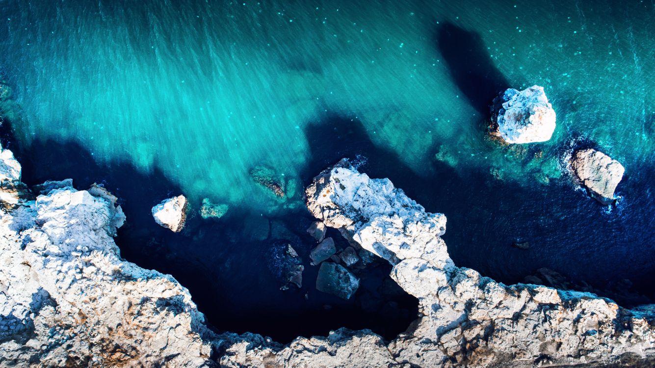 Обои океан, скалы, вид сверху картинки на телефон