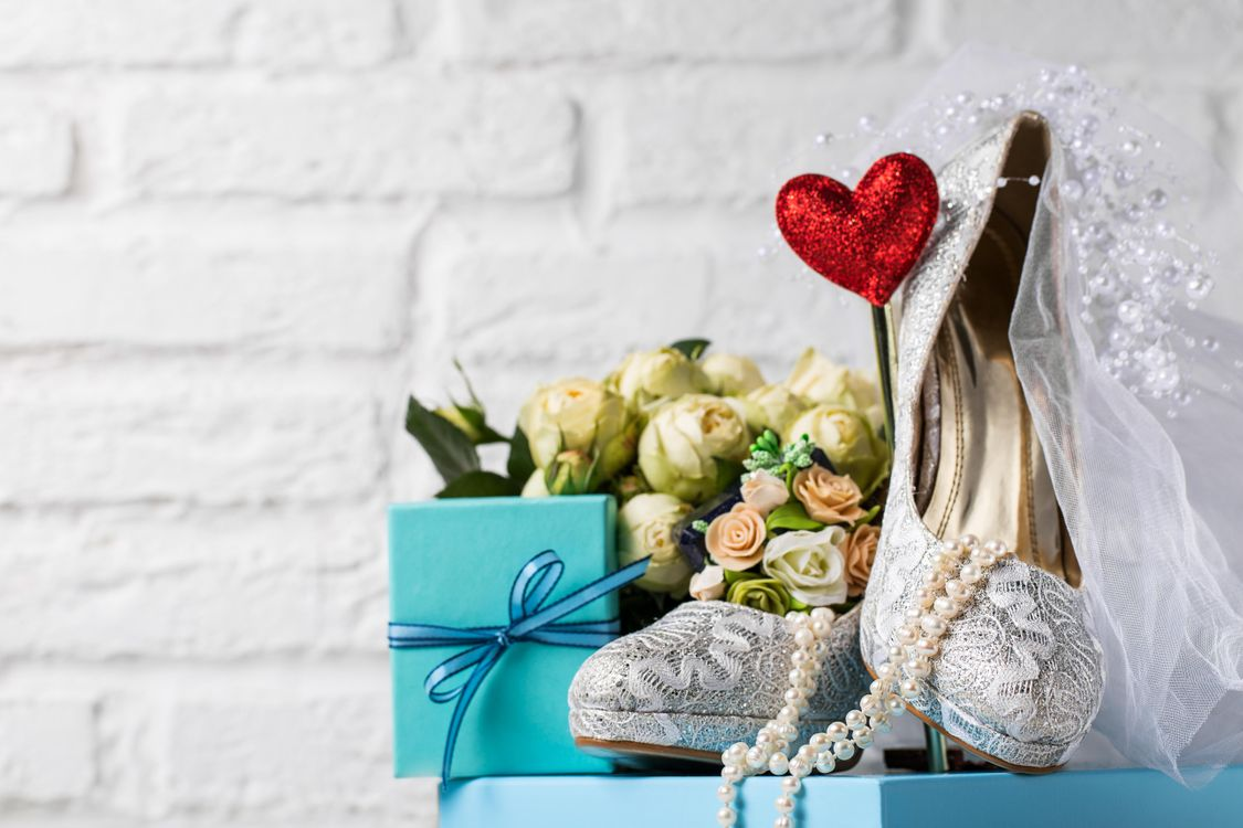 Фото бесплатно свадьба, бусы, подарок, туфли, букет невесты, фата, праздники