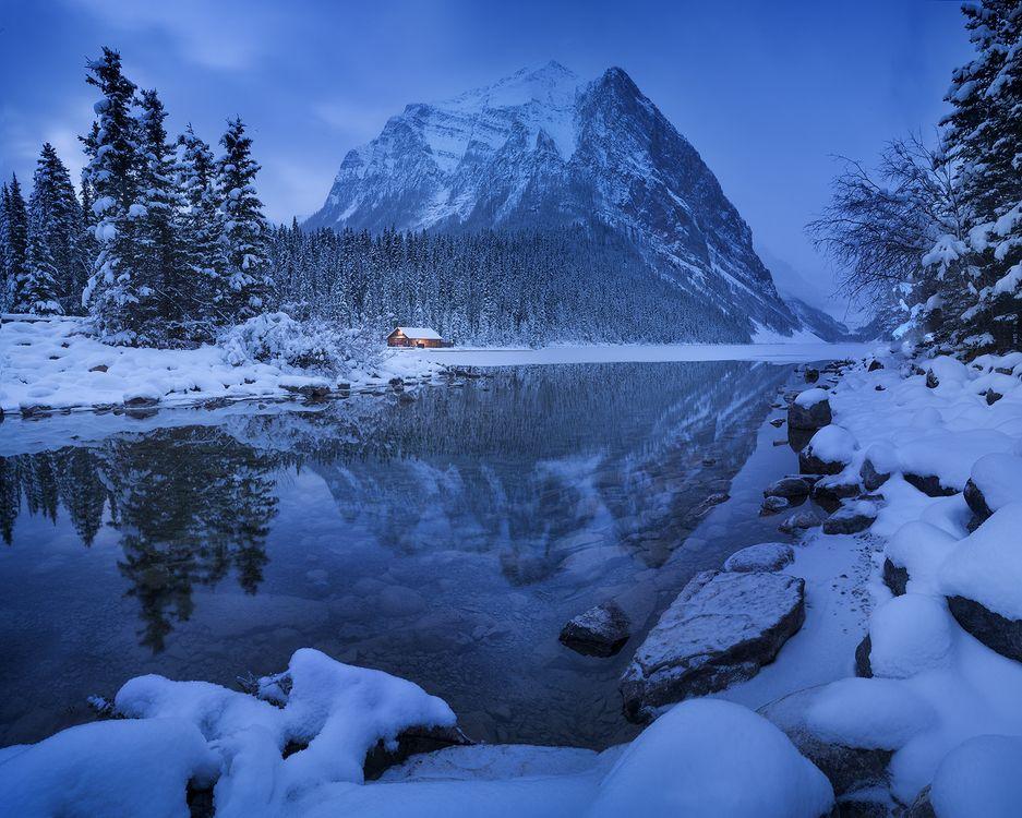 Фото бесплатно Озеро Луиз, Fairview Mountain, Alberta, Lake Louise, Канада, озеро, горы, скалы, деревья, пейзаж, зима, сумерки, пейзажи