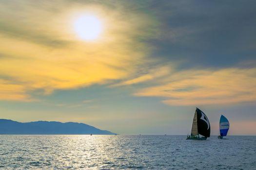 Скачать яхты, закат картинку
