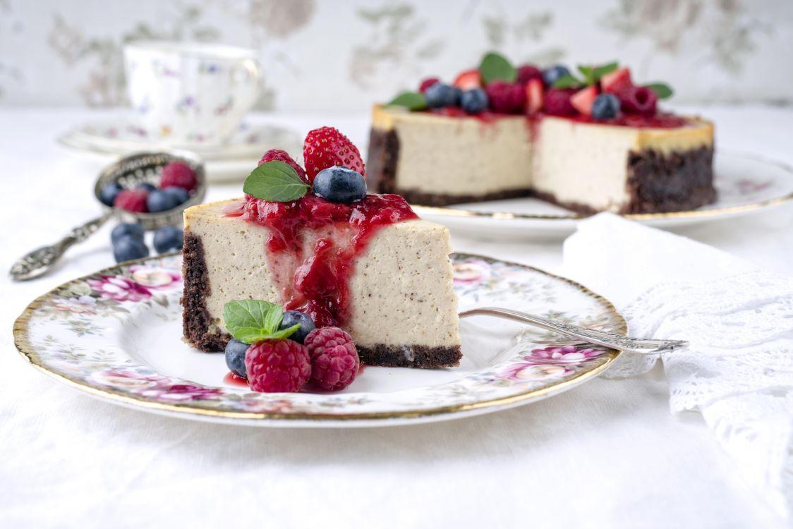Pictures on cake, cream