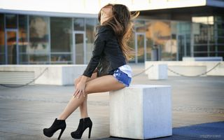 Фото бесплатно сидя, городских, джинсовые шорты