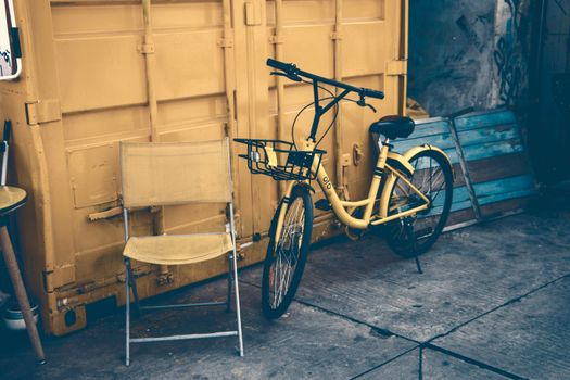 Photo free bicycle, door, yellow