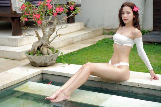 Заставки Элли Лин, брюнетка, бассейн