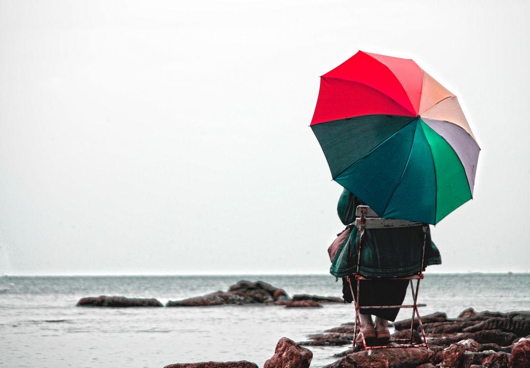 Обои природа, зонтик, море, отпуск, воды, небо, лето, пляж, океан, весело, ветер, векторные иллюстрации на телефон | картинки настроения - скачать