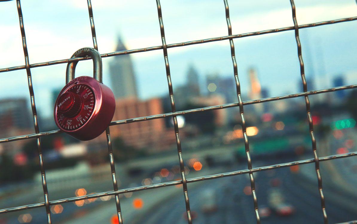 Замок на заборе · бесплатная заставка