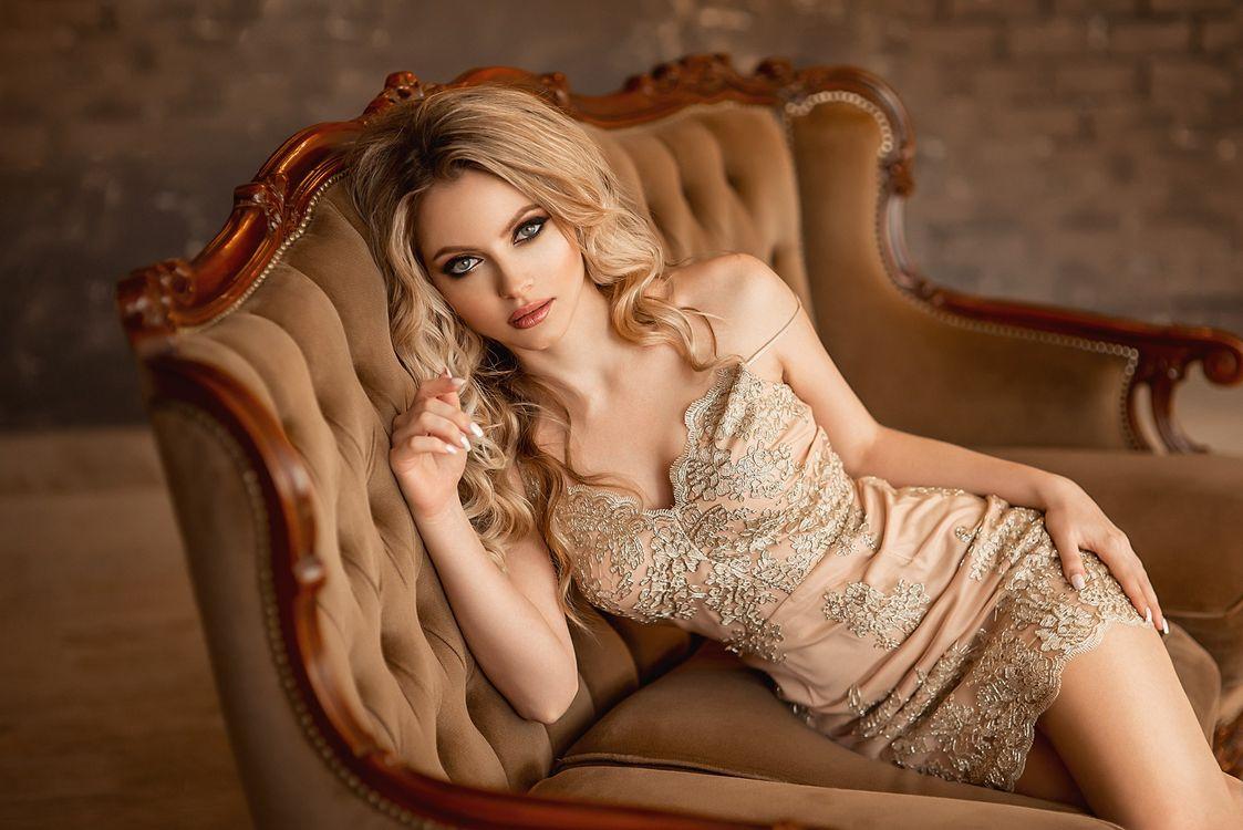 Фото бесплатно Екатерина Зорина, женщины, портрет, блондинка, сидит, брюнетка, платье, кушетка, волнистые волосы, девушки