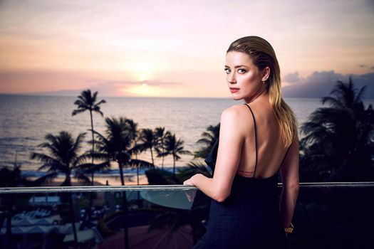 Photo free girls, Amber Heard, standing with his back