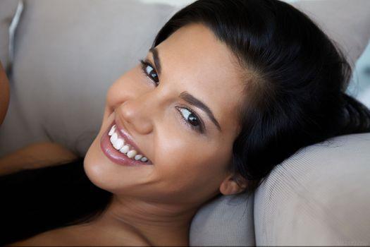 Бесплатные фото Аполлония lapiedra,женщины,брюнетка,модель,лицо,улыбаясь,бок,глядя на зрителе,кушетка,карие глаза,загорелая,порнозвезда