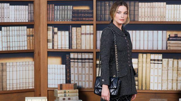 Фото бесплатно Margot Robbie, библиотека, пальто