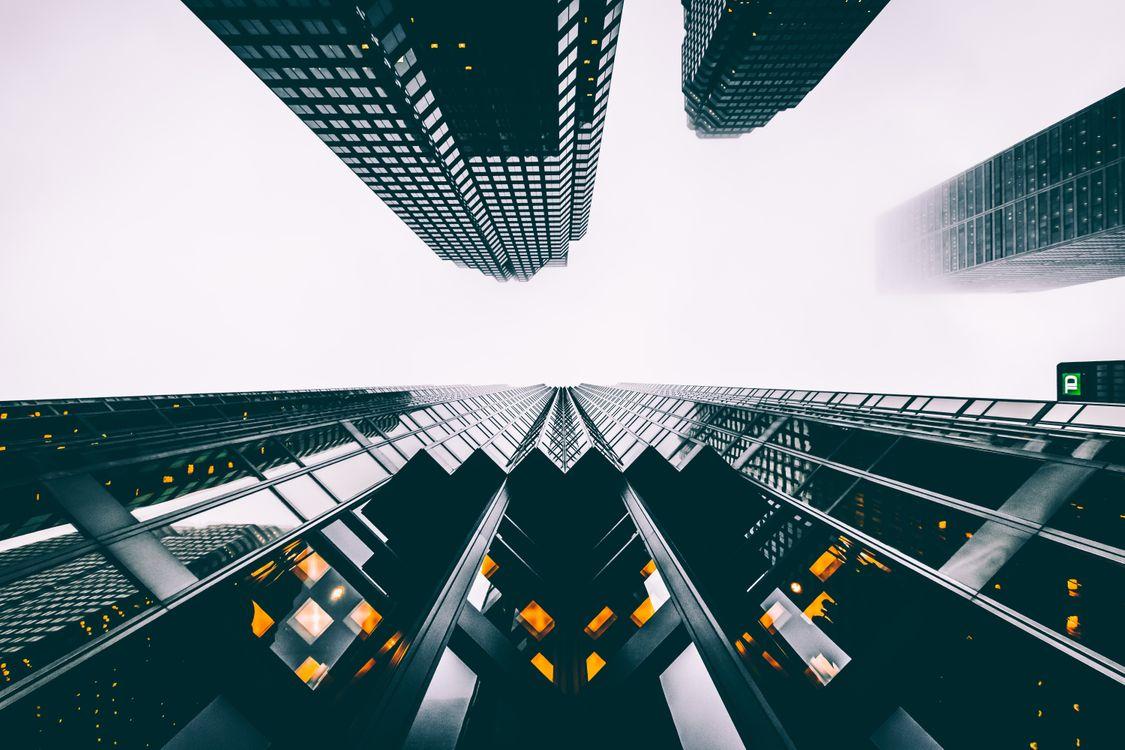 Обои здания, небоскребы, вид снизу, небо, buildings, skyscrapers, view from below, sky на телефон | картинки город - скачать