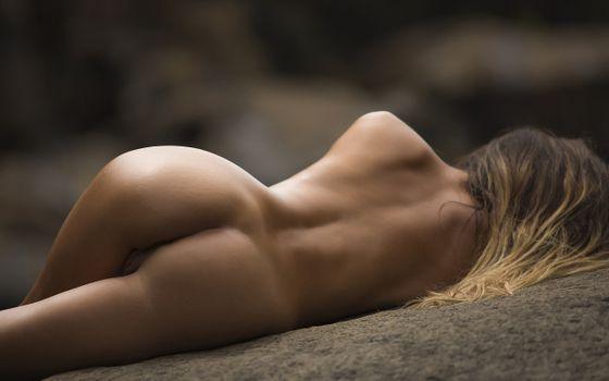 Голая лежит на земле