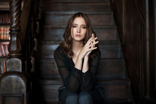 Бесплатные фото Диша Шеметова,женщины,лестницы,Максим Максимов,портрет,розовая помада,розовые ногти,карие глаза