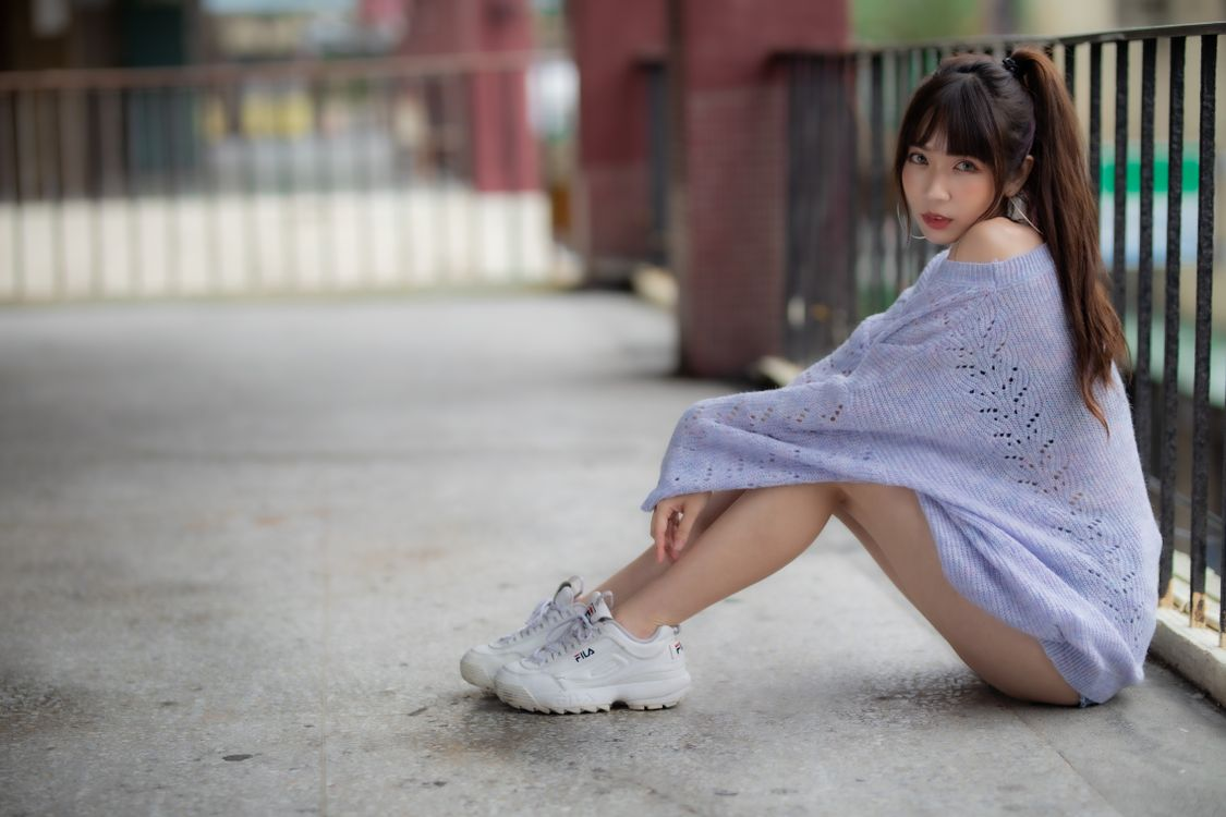 Фото девушки коричневые волосы кроссовки - бесплатные картинки на Fonwall