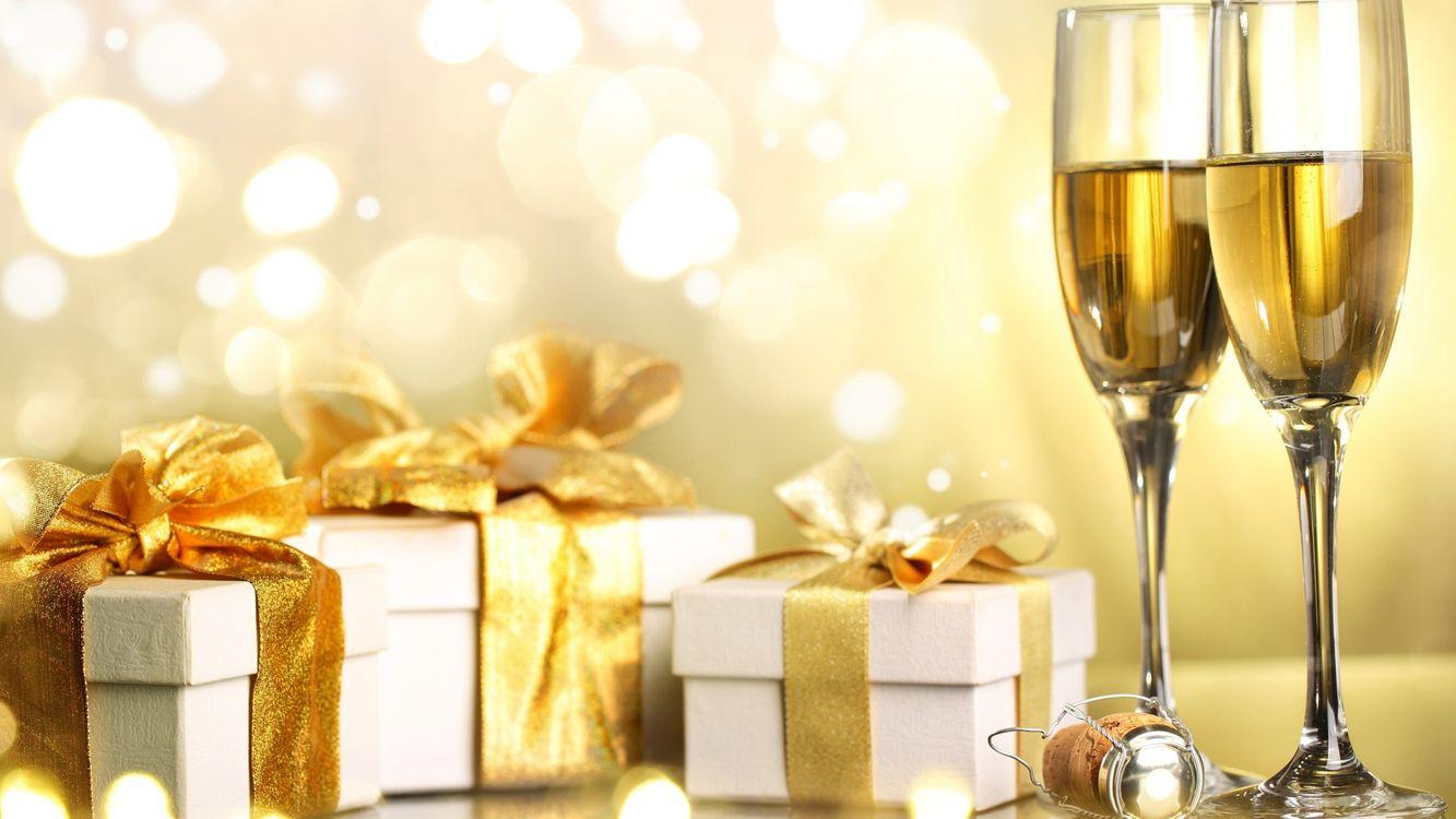 Фото бесплатно праздник, декор, бокалы, подарки, новый год - скачать на рабочий стол