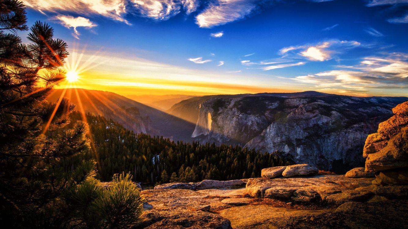 Фото бесплатно горы, восход, небо, солнце, облака, деревья, пейзаж - на рабочий стол