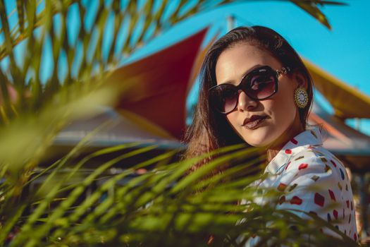 Photo free woman, sunglasses, palm leaves