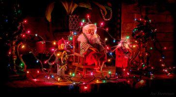 Бесплатные фото новый год,дед мороз,санта клаус,гидрянды,иллюминация,новогодние обои