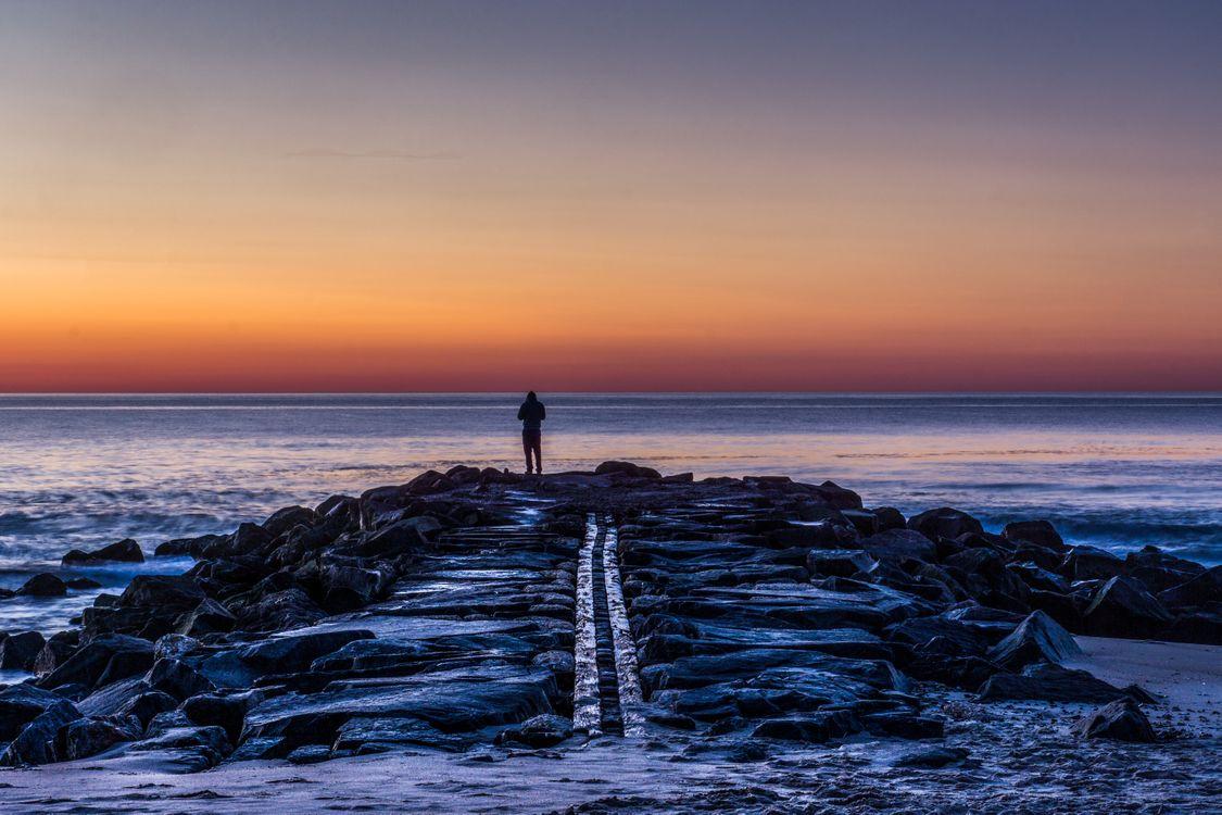 Мужчина на берегу моря · бесплатное фото