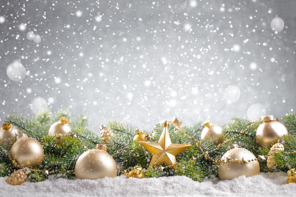 Рождественские игрушки со снегом · бесплатное фото