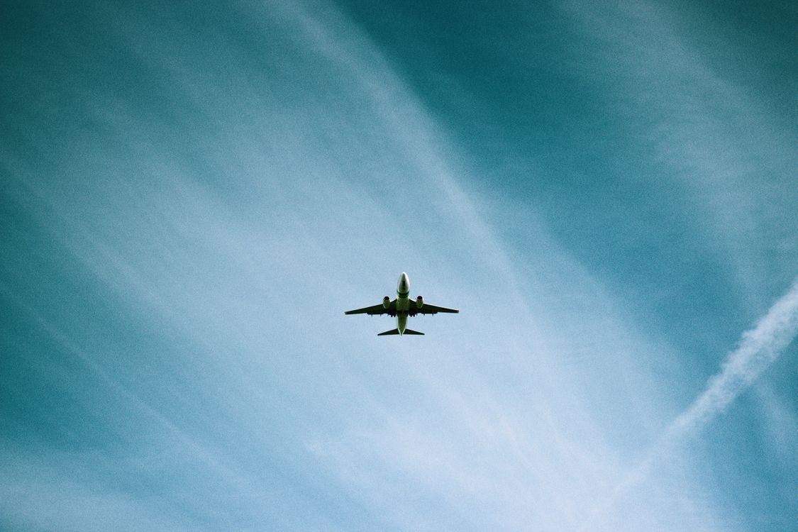 Самолет в небе · бесплатное фото