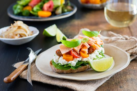 Бесплатные фото бутерброд,еда,сыр фета,рыба,лайм,помидоры-черри