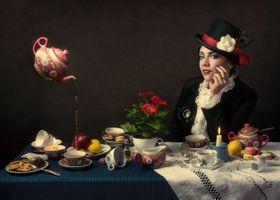 Бесплатные фото История,вдохновленная страной чудес,фотошоп,фантазия,девушка,стол,еда