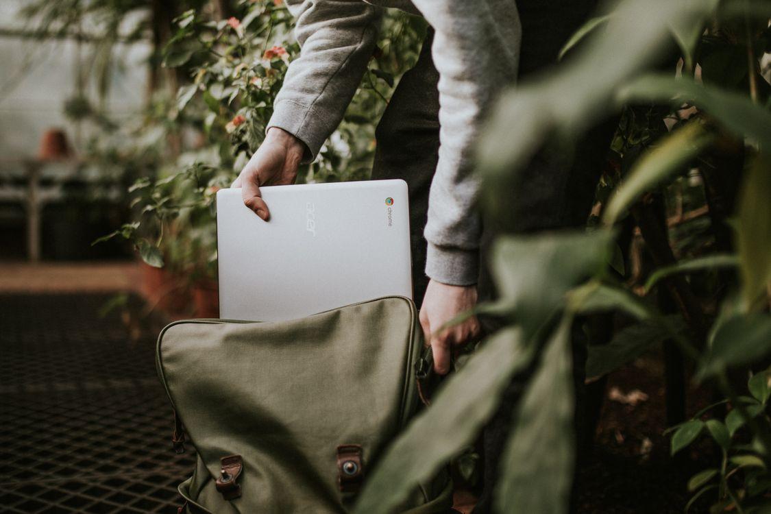 Фото бесплатно google chromebook, ноутбук, samsung, путешествия, человек, мужчина, телефон, рюкзак, перенос, пакет, google chromebooks, hi-tech