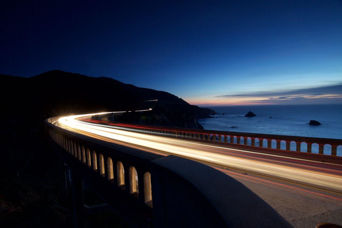 Фото бесплатно фон, свет, закат, море, синее небо, вождение, дорога, автомобиль, мост, берег, побережье, скорость, океан, гора, скалы, пейзажи
