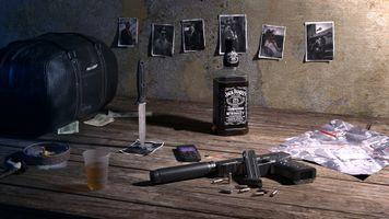 Бесплатные фото стол,пистолет,виски,напиток,фотографии,нож,сумка