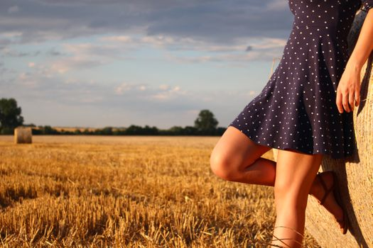 Фото бесплатно девочки, ноги, сено