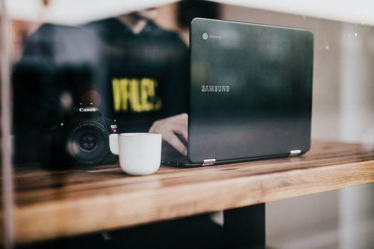 Бесплатные фото бизнес,офис,рабочий стол,окно,кафе,компьютер,технология,ноутбук,google chromebooks,samsung