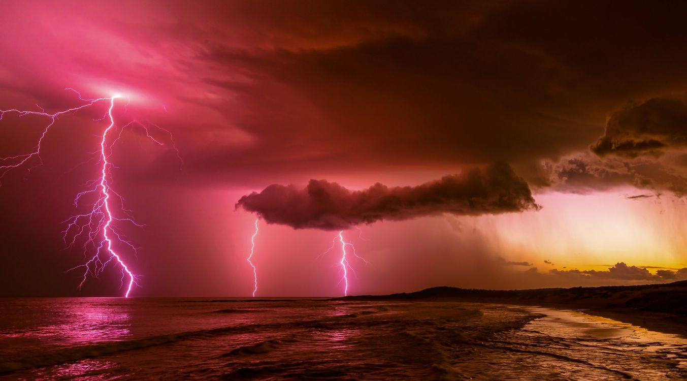 Обои несколько молний, облака, море картинки на телефон