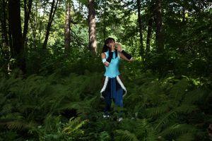 Аня Воеводова в лесу