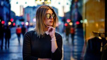Бесплатные фото женщины,блондинка,солнцезащитные очки,открытый рот,черная рубашка,портрет