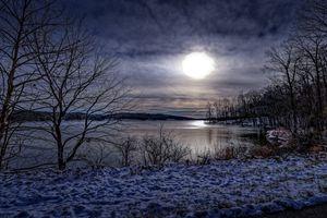 Лунный свет на зимнем озере · бесплатное фото