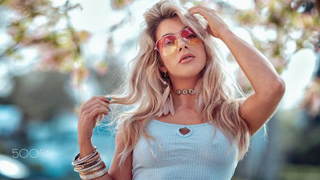Бесплатные фото женщины,блондинка,лицо,женщины на открытом воздухе,длинные волосы,женщины с оттенками,без бюстгальтера,короткое колье,портрет,боке,загорелые,руки в волосах