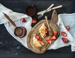Бесплатные фото круассаны,клубника,завтрак,кофе,разделочная доска