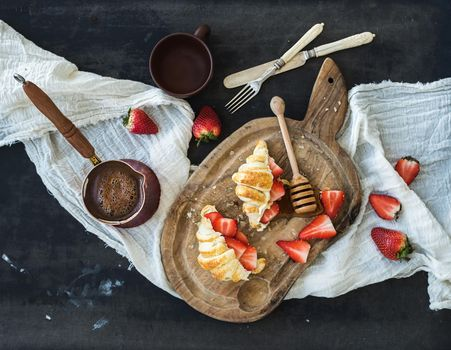 Photo free croissants, strawberries, breakfast