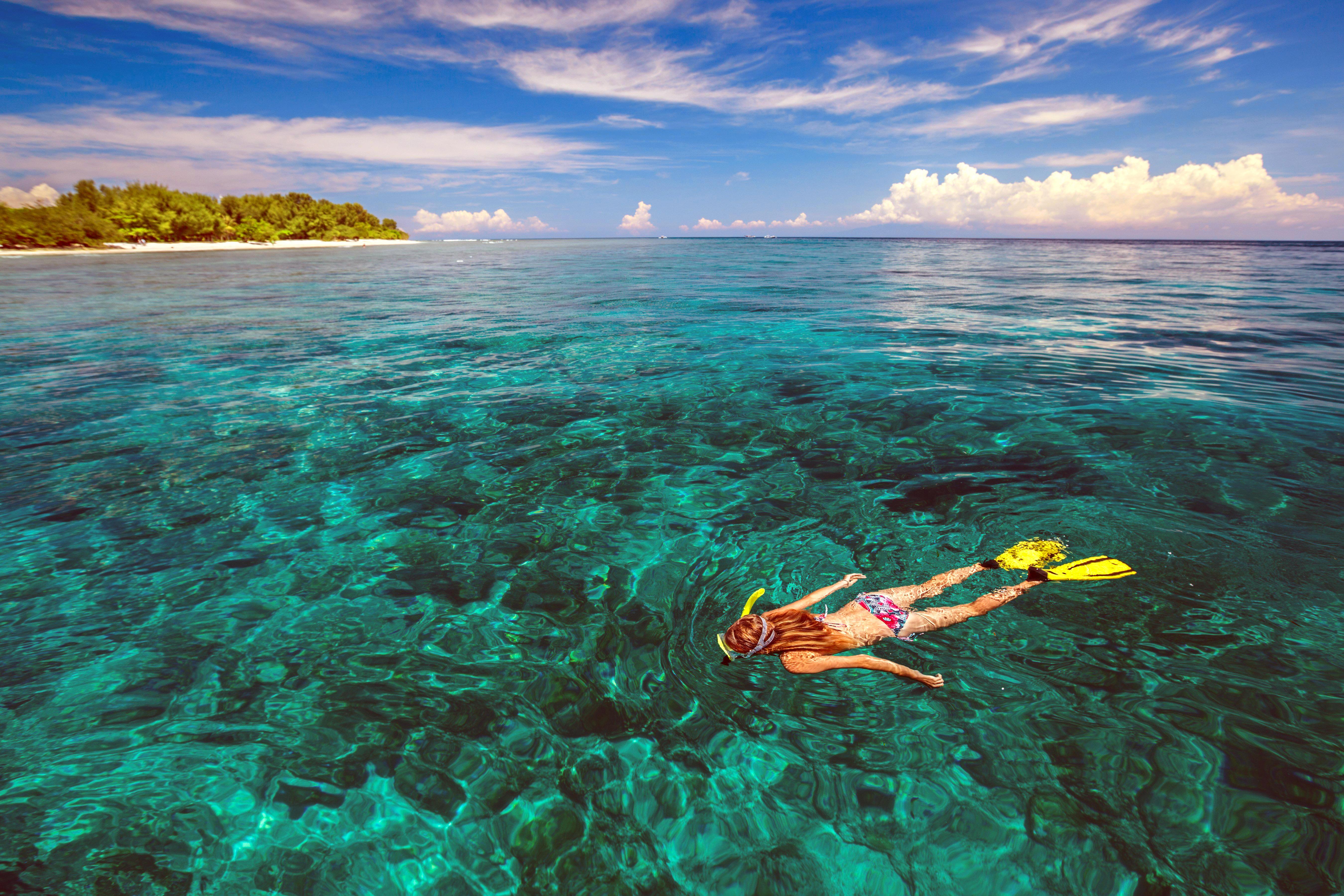 Обои море, остров, девушка, дайвинг