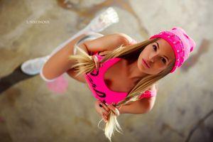 Бесплатные фото женщины,Светлана Никонова,блондинка,белые чулки,кроссовки,розовая помада,вид сверху