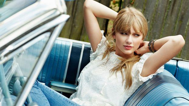 Photo free blonde, jeans, looking away
