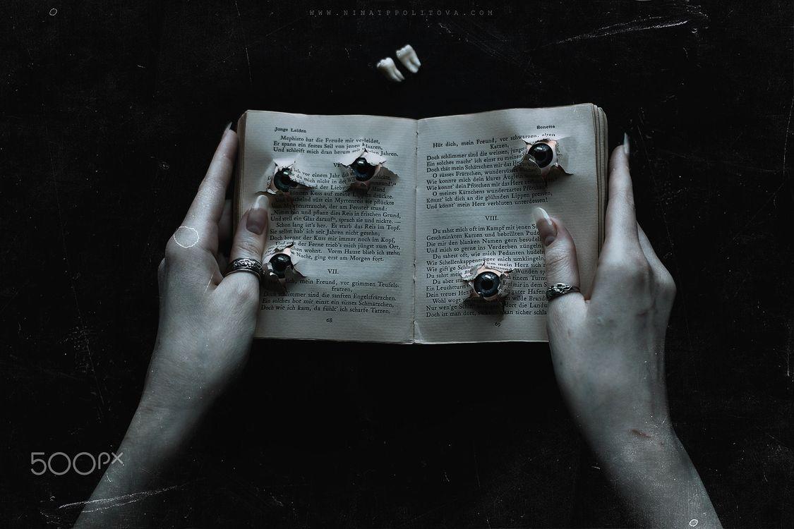 Книга с пулевыми отверстиями · бесплатное фото