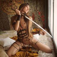 Заставки Emilia Sky, красотка, голая, голая девушка, обнаженная девушка, позы, поза, сексуальная девушка, модель, эротика, девушка самурай