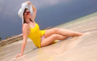 Девушка в шляпе на пляже · бесплатное фото