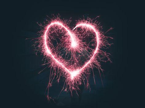 Сердце из бенгальских огней · бесплатное фото
