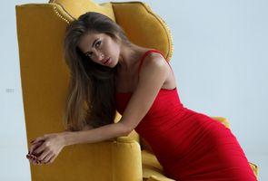Красивая шатенка в красном платье
